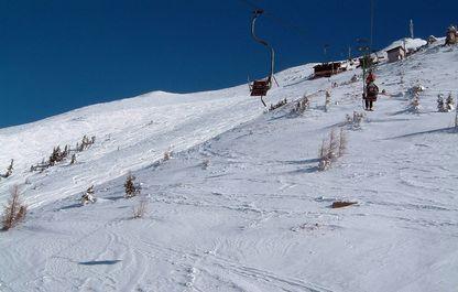 Blick Richtung Bergstation des Polsterliftes und die schneebedeckten Hänge