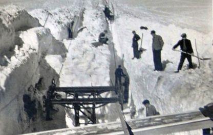 Historisches Foto von 1947, Männer beim Aufstellen der 1. Stütze