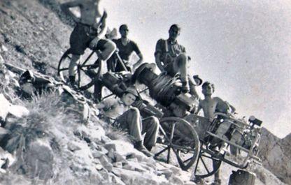 Historisches Foto von 1947, junge Männer sitzen auf dem Antrieb des Polsterliftes