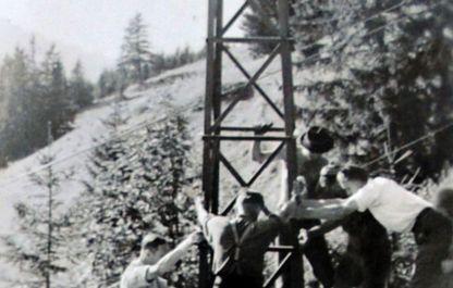 Historisches Foto von 1947, Starke junge Männer beim Aufstellen der Stützen