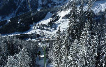 Bergfahrt mit Blick auf den tief verschneiten Reichenstein
