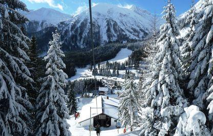 Blick auf die Talstation des Polsterliftes in einer herrlichen Winterlandschaft