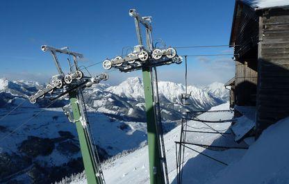 Die Stützen vor der Bergstation im Winter