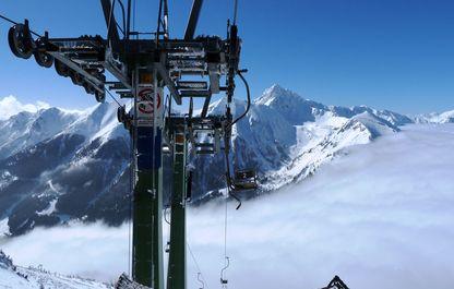 Blick aus der Bergstation auf die erste Stütze des Polsterliftes