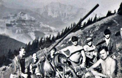 Historisches Foto von 1947, junge Männer mit Kanone