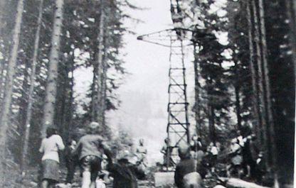 Historisches Foto von 1947, junger Mann macht einen Kopfstand auf der Stütze