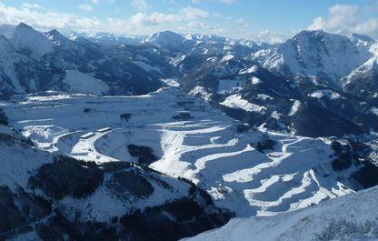 Der weltbekannte Erzberg im Schneemantel