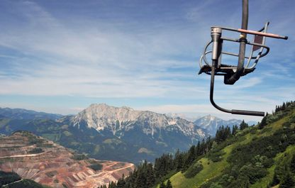 Sessel des 1er-Liftes mit Blick auf den Erzberg im Sommer