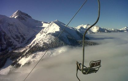 Blick auf den schneebedeckten Reichenstein vom Sessellift aus