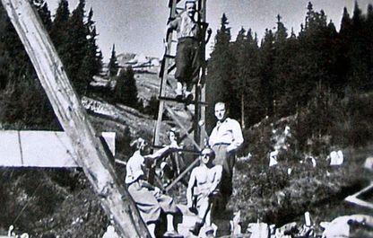 Historisches Foto von 1947, die jungen Mannen beim Stützenbau
