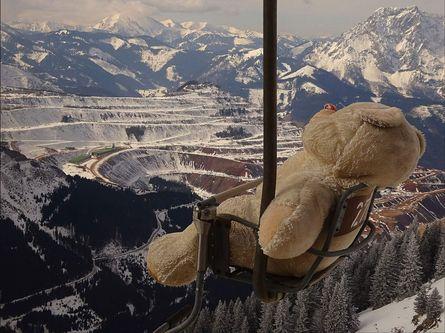 Riesen-Teddybär fährt auf dem Einser-Sessellift ins Tal