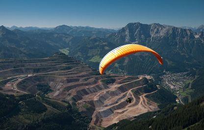 Paragleiter fliegt vor der Kulisse des Erzbergs im Sommer